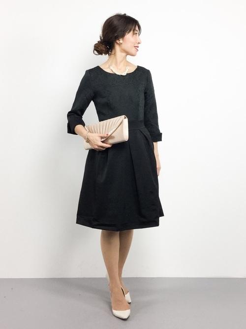 黒ドレスを使った結婚式の冬の服装