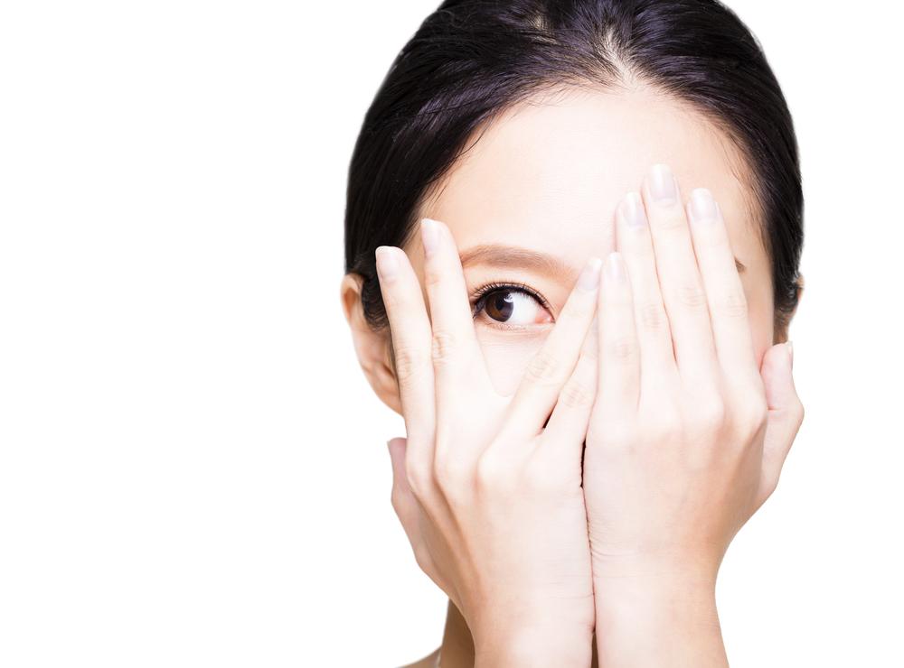 片目を隠す女性