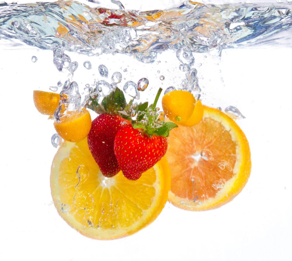 水に入れたフルーツ