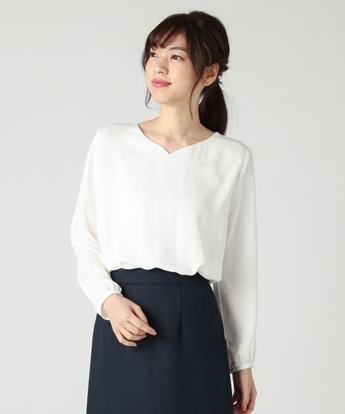 白のブラウス×濃紺スカートのコーデ