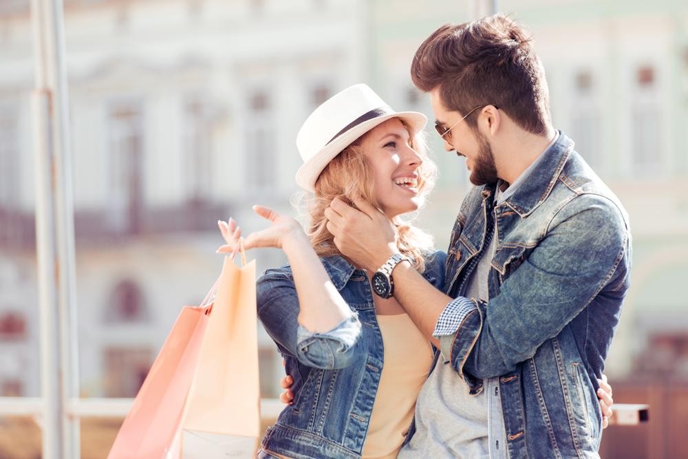 ショッピングをしているカップル