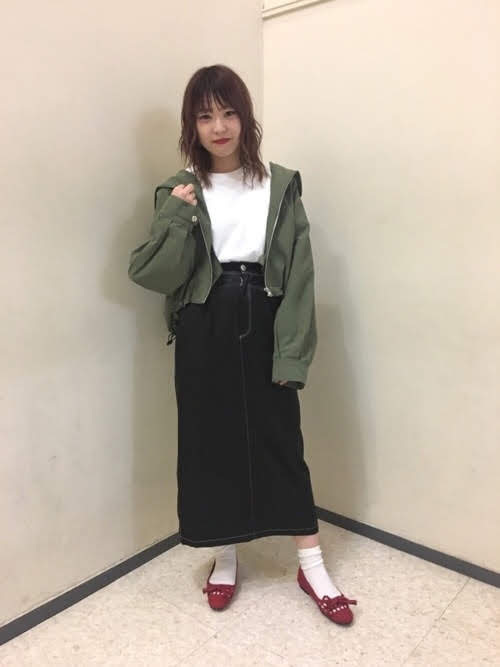 ナロースカートを使ったコーディネート【3】春:ブラックデニムナロースカート