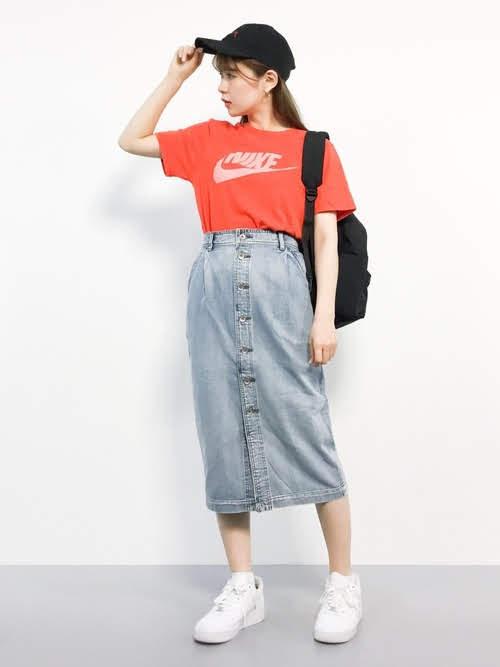 ナロースカートを使ったコーディネート【5】夏:フロントボタンデニムナロースカート