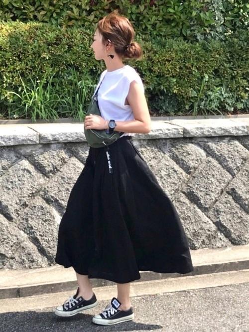 黒フレアスカートの夏コーデ