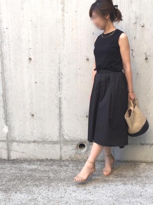 GU(ジーユー)黒フレアスカートコーデ