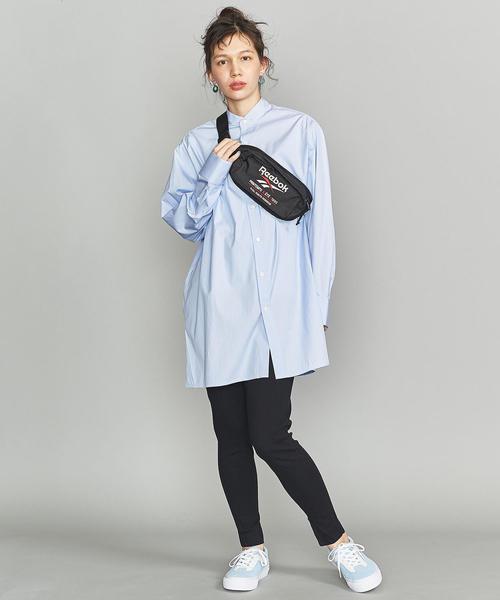 水色のロングシャツ×ブラックパンツのコーデ
