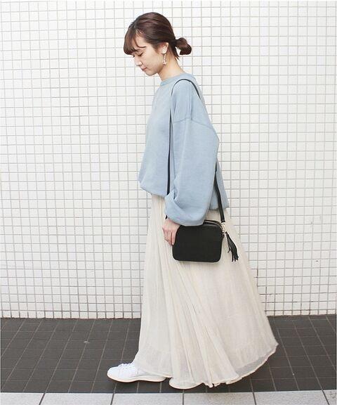 水色スウェットに合う色の白スカートのコーデ