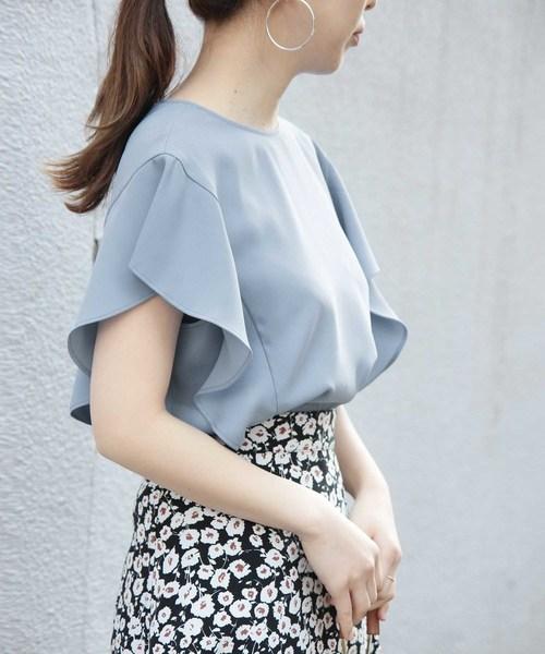 水色ブラウスに合う色の黒地の花柄スカートのコーデ