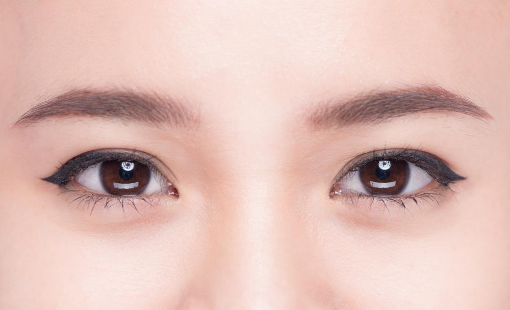 女性の眉毛と目