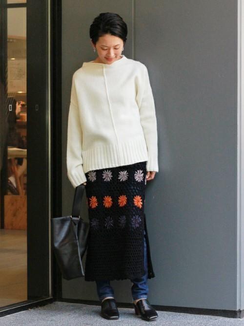 スカートとデニムのレイヤードコーデ