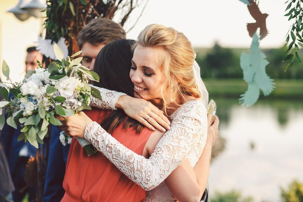 結婚式の受付をしてくれた人へお礼をしている花嫁