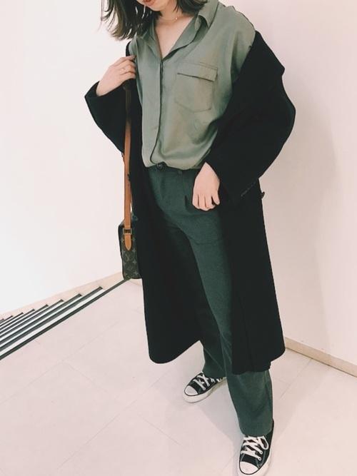 カーキシャツ×黒コート