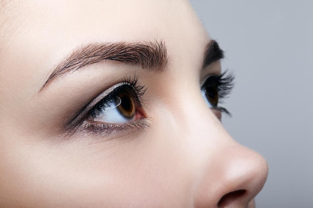 横から見た女性の目