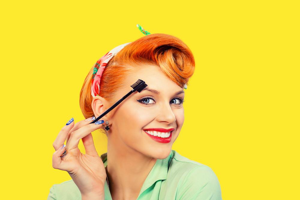眉毛を整えている女性