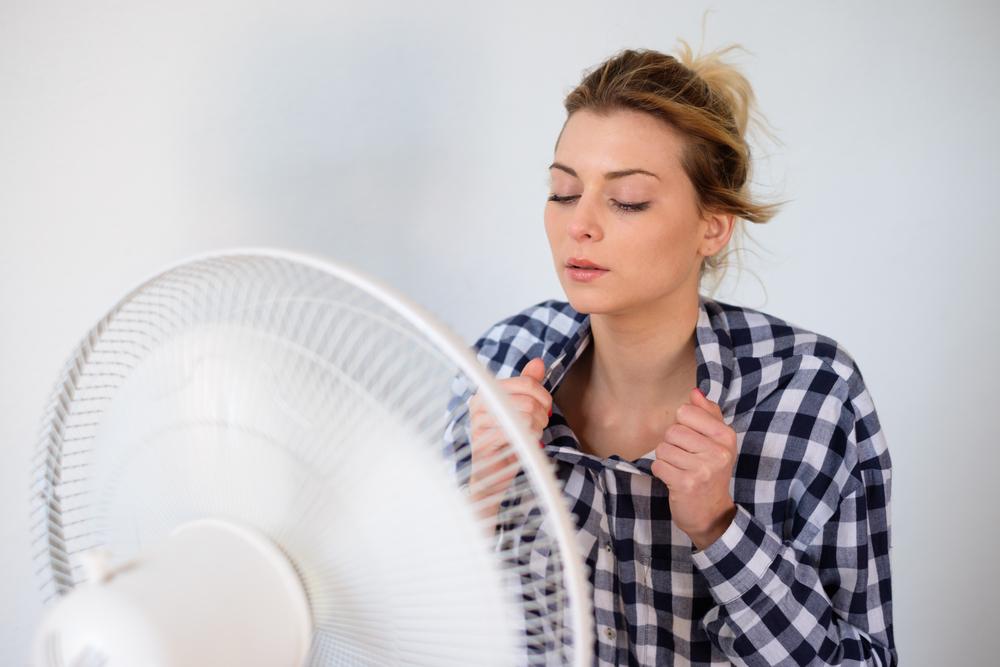 体を涼ませている女性
