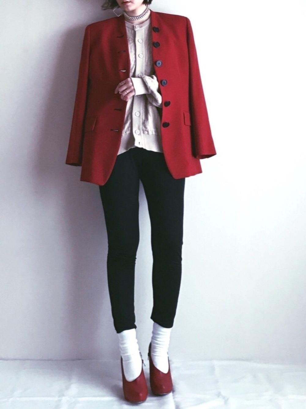 赤ジャケットと黒パンツ