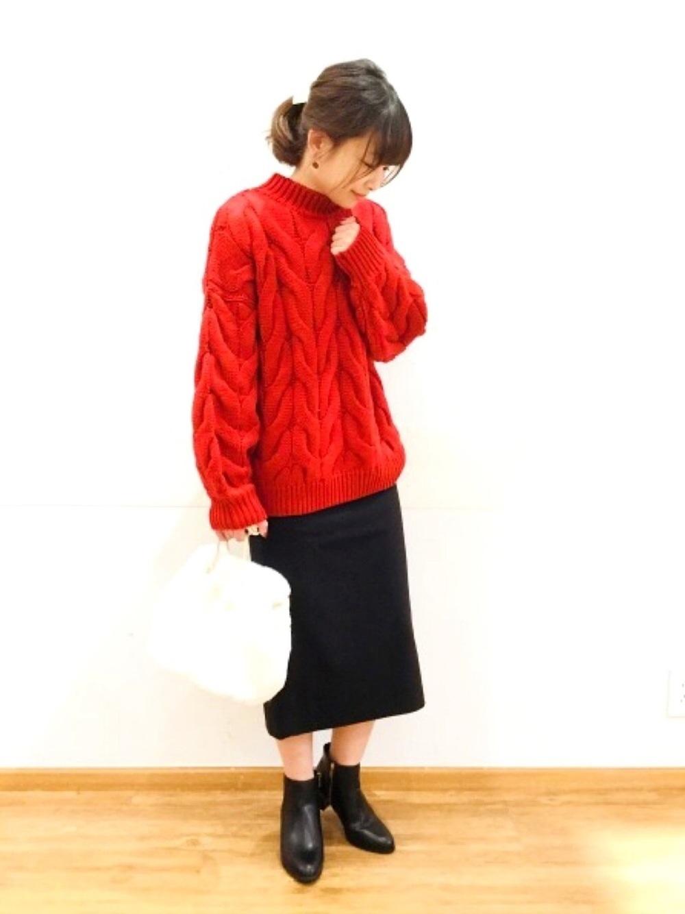 赤ニットに黒タイトスカート