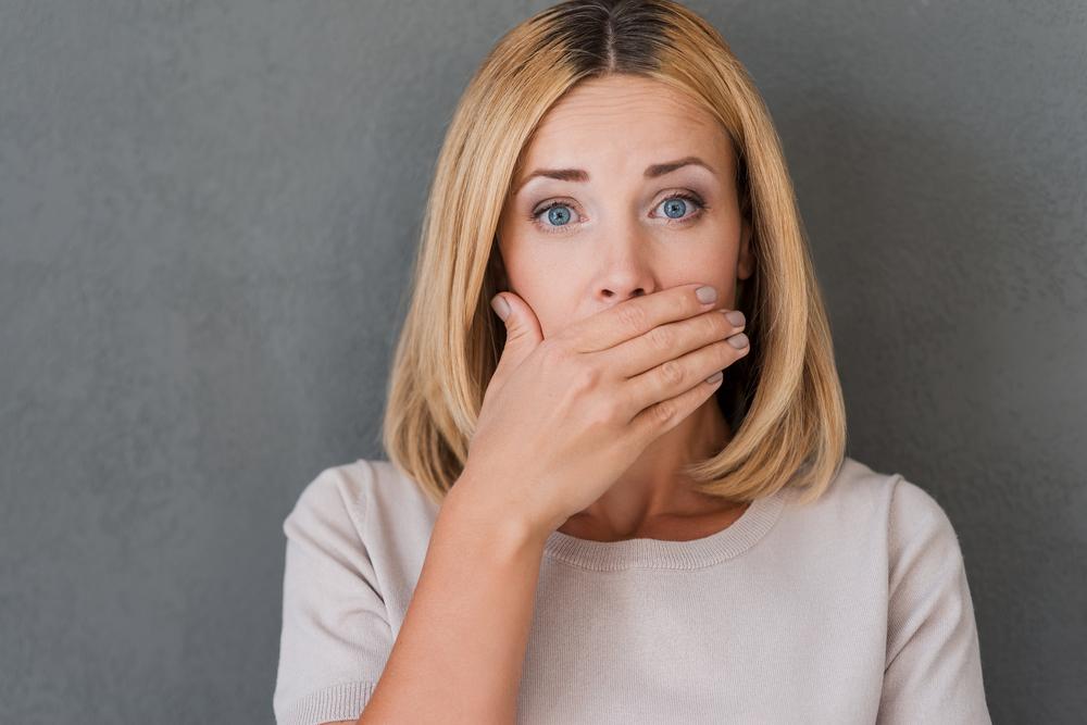 口元を隠す女性