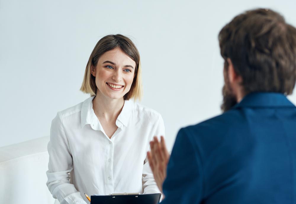 会社で結婚の報告をしている女性