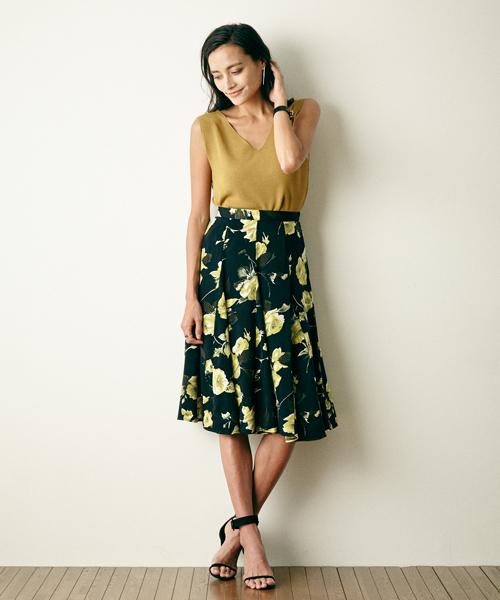 花柄サテンスカートのコーデ