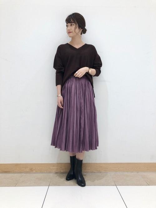 パープルのサテンスカートのコーデ
