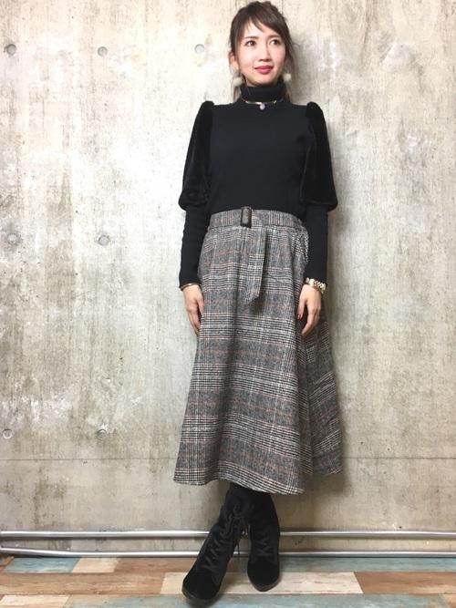 袖ファー黒ニット×チェックスカート