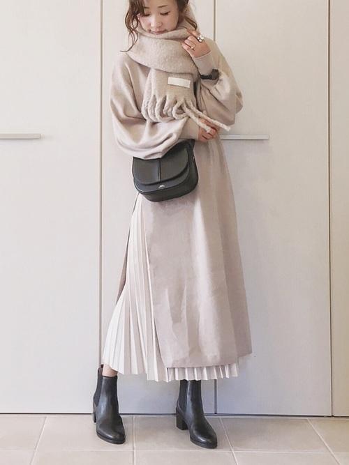 プリーツスカートを使ったベージュワンピースの冬コーデ