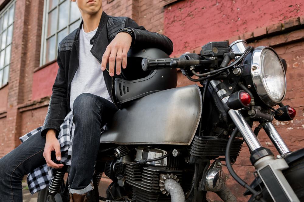 バイクに腰掛ける男性