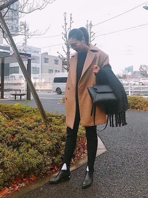 ハンドバッグを使ったPコートとマフラーコーデ