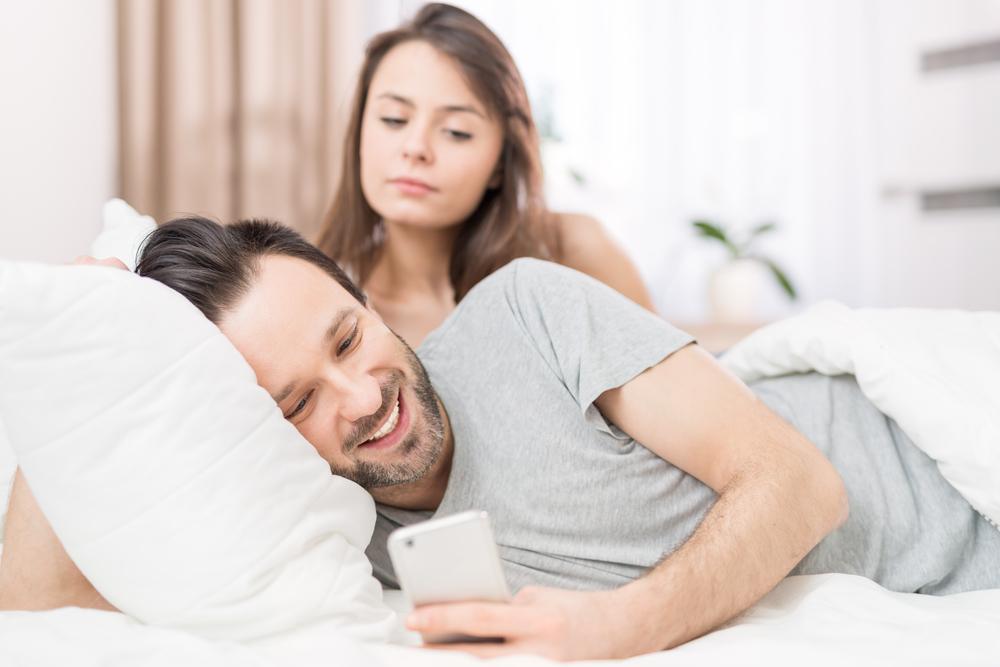 同棲中の彼氏が浮気しているかもしれないと疑っている女性