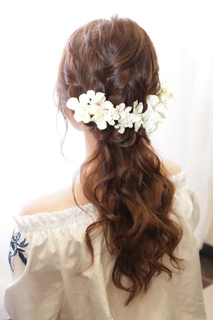 ダウンスタイルと花飾り
