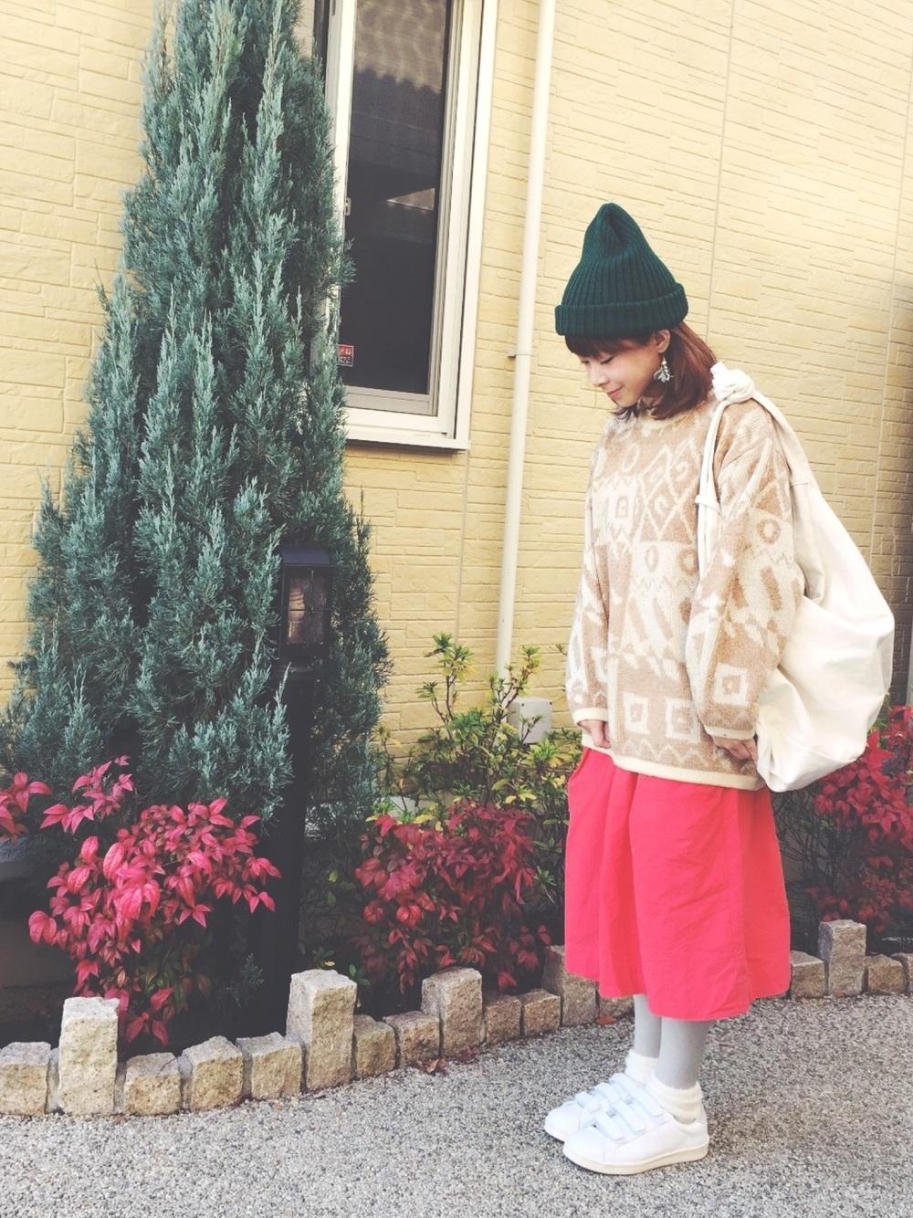 赤スカートと緑ニット帽