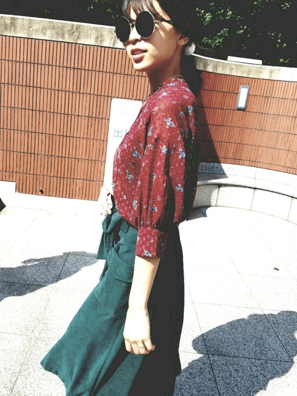 赤シフォンブラウスと緑スカート
