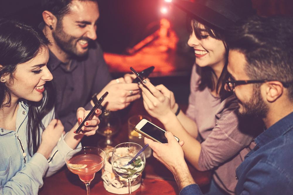 バーで飲んでいる男女のグループ