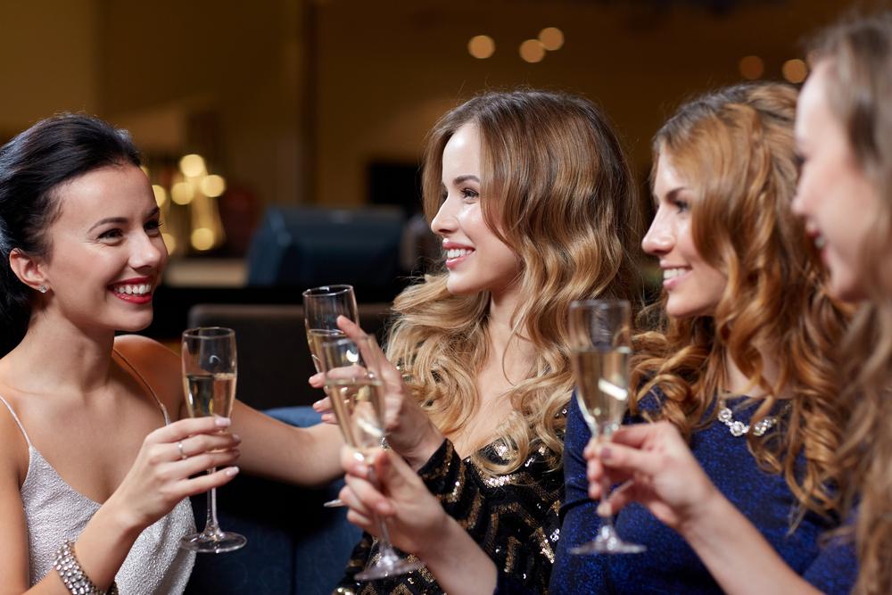 マナーを守ってバーで飲んでいる女性達