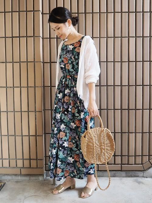 花柄ワンピとカーディガンのリゾートの服装
