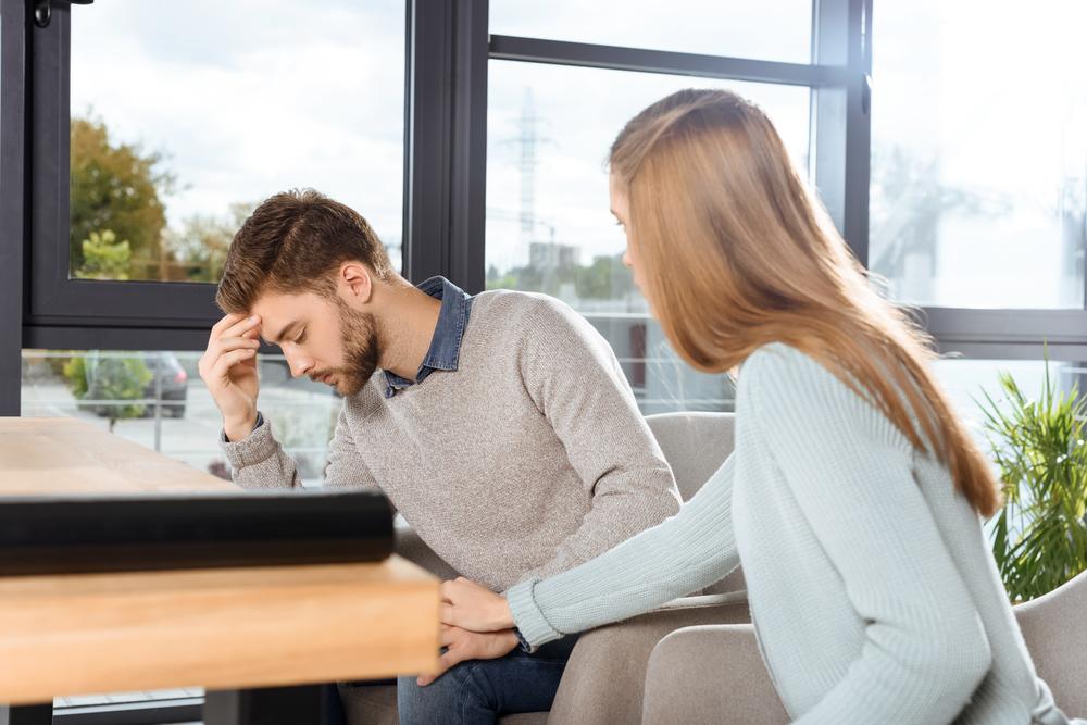 ストレスに弱いモラハラ彼氏を励ましている彼女