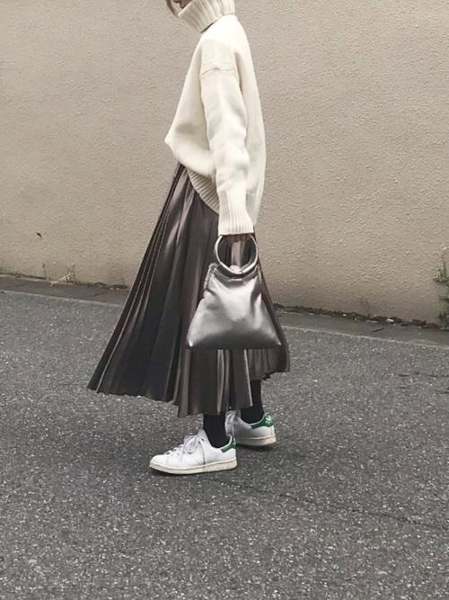 ハイネックニット×サテンスカート