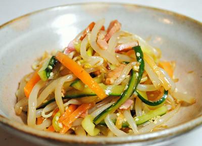 シャキシャキとした食感がクセになる!もやしときゅうり、にんじん、ベーコンの中華サラダのレシピ