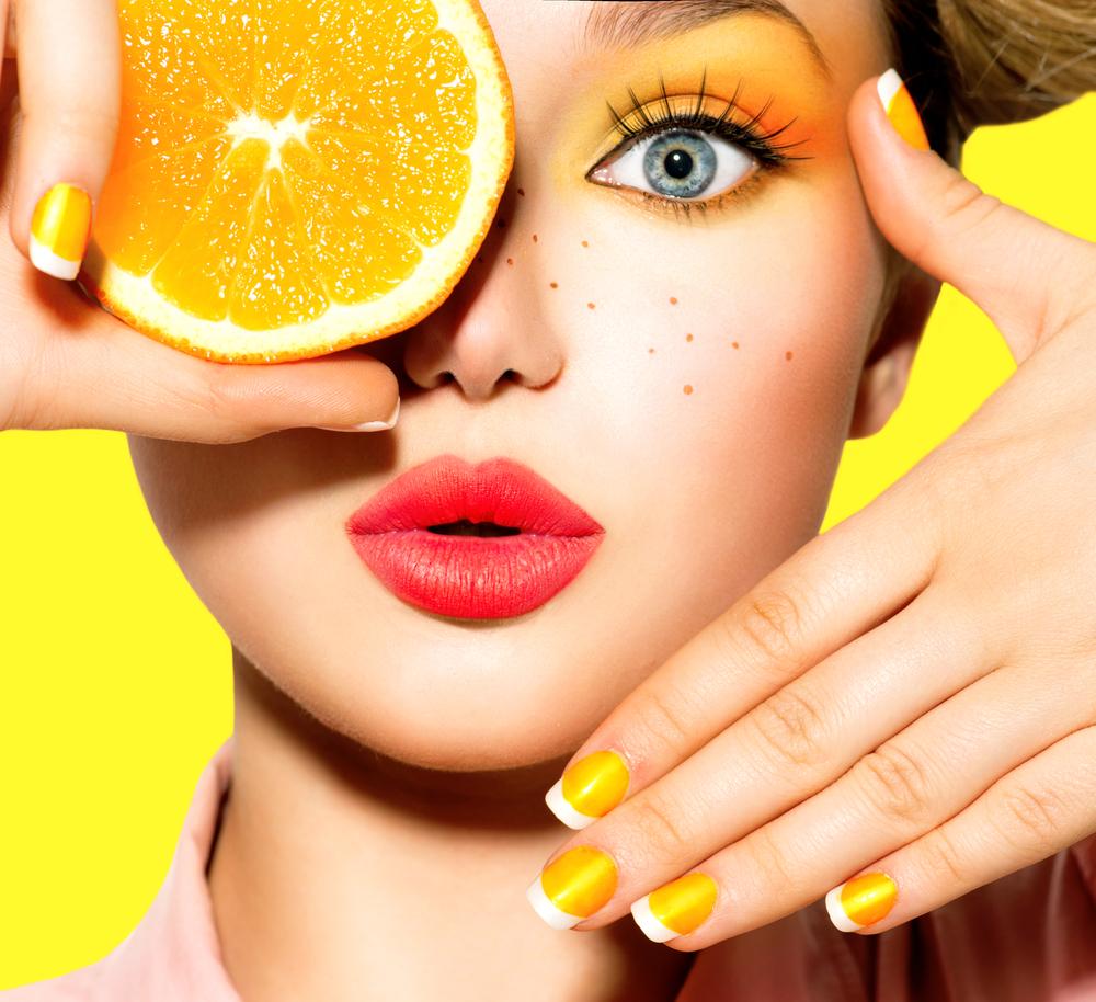 オレンジを手に持った女性
