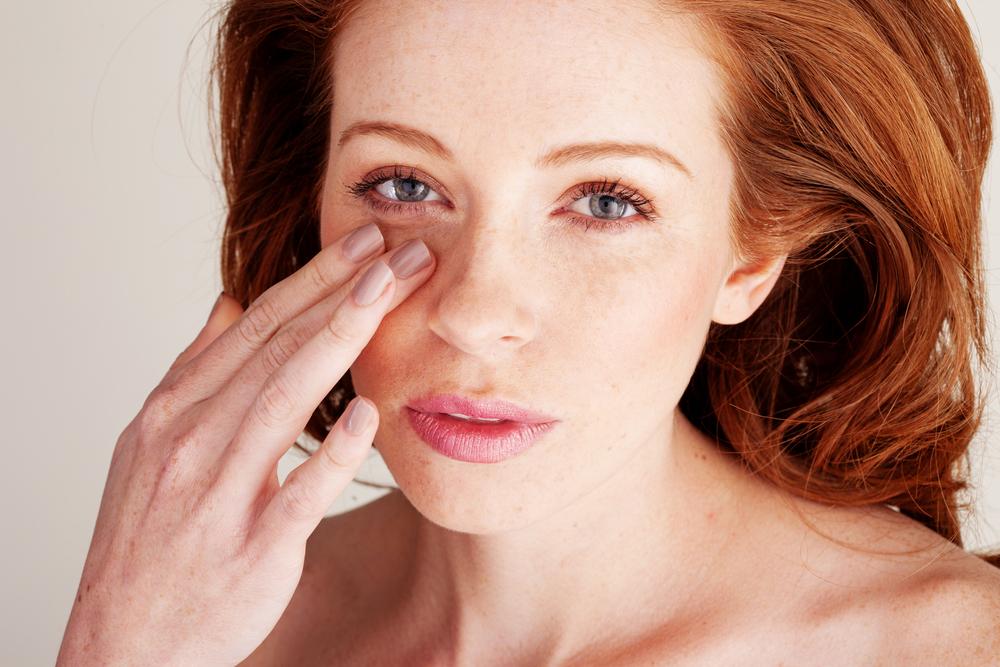 目元を触る女性