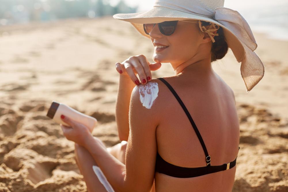日焼け止めを塗って黒くなるのを予防している女性