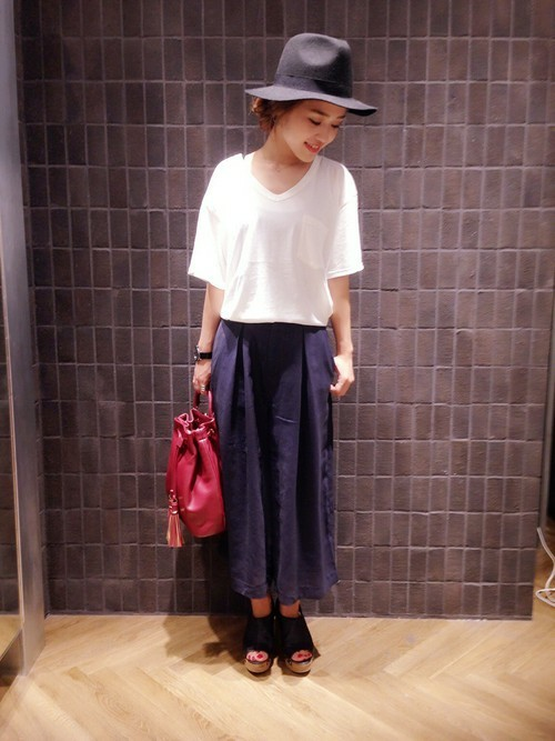 白Tシャツ×紺ガウチョコーデ
