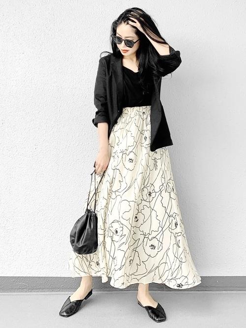 花柄スカートを使ったジャケットとスカートコーデ