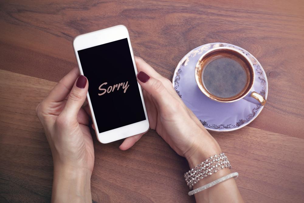 デートのドタキャンを謝っている女性