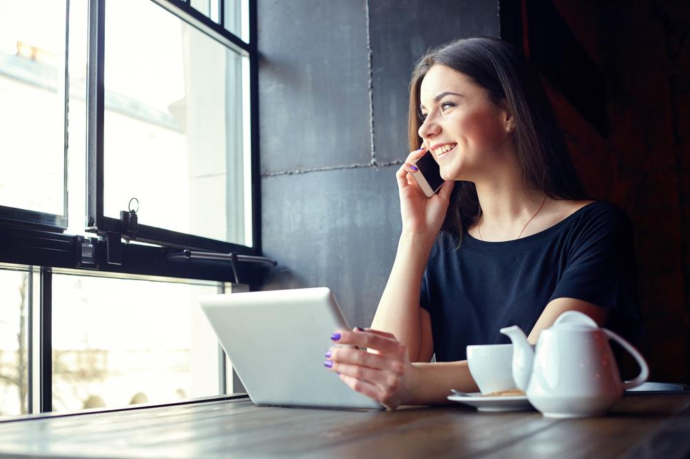 カフェで仕事をしている女性