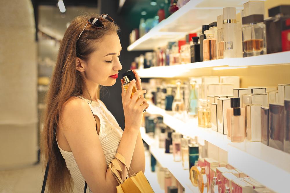 香水を選ぶ女性の写真