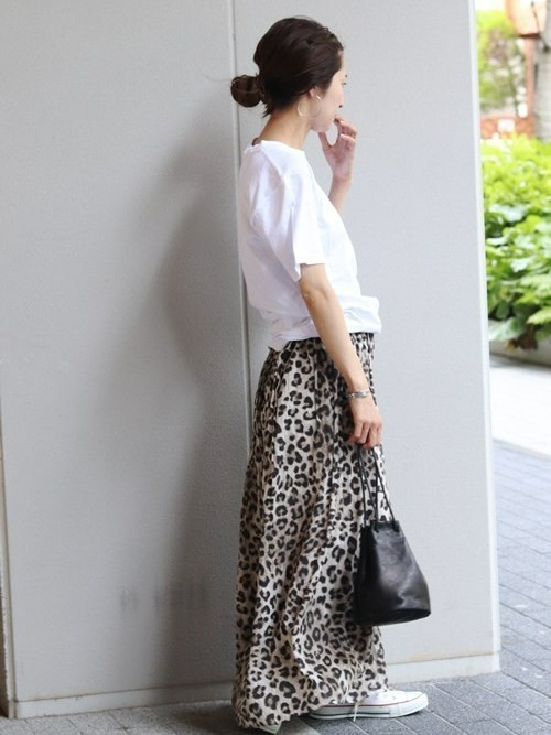 白Tシャツ×レオパード柄マキシ丈スカートのコーデ