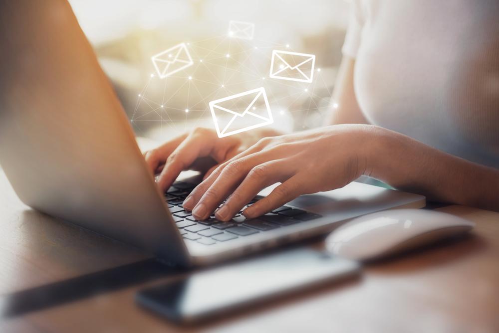 ビジネスメールを送信している女性