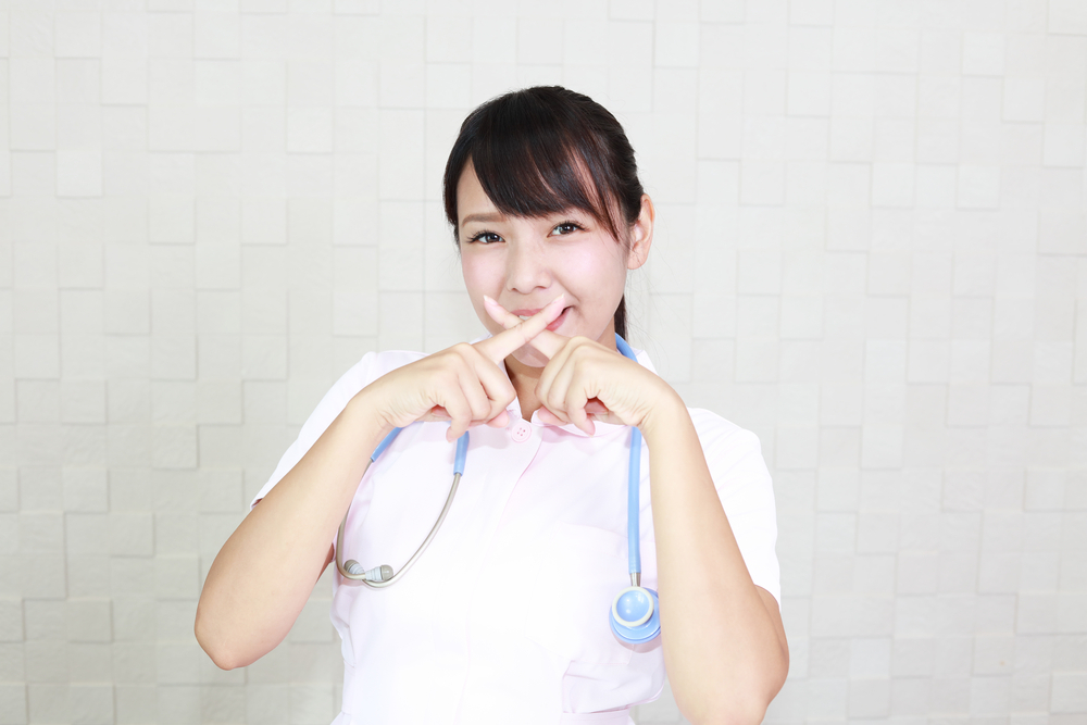 ばつ印をしている看護師